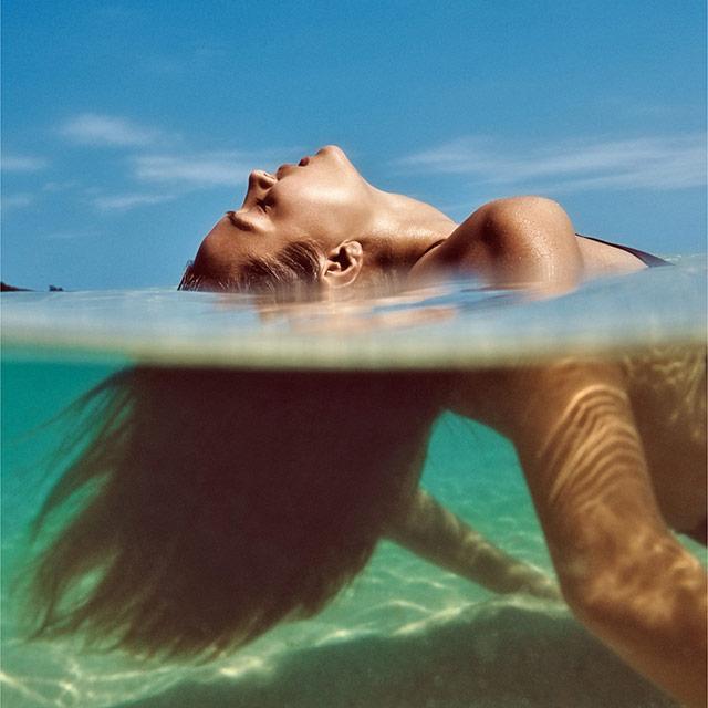 蓝色的天空和绿色的水,以及美人