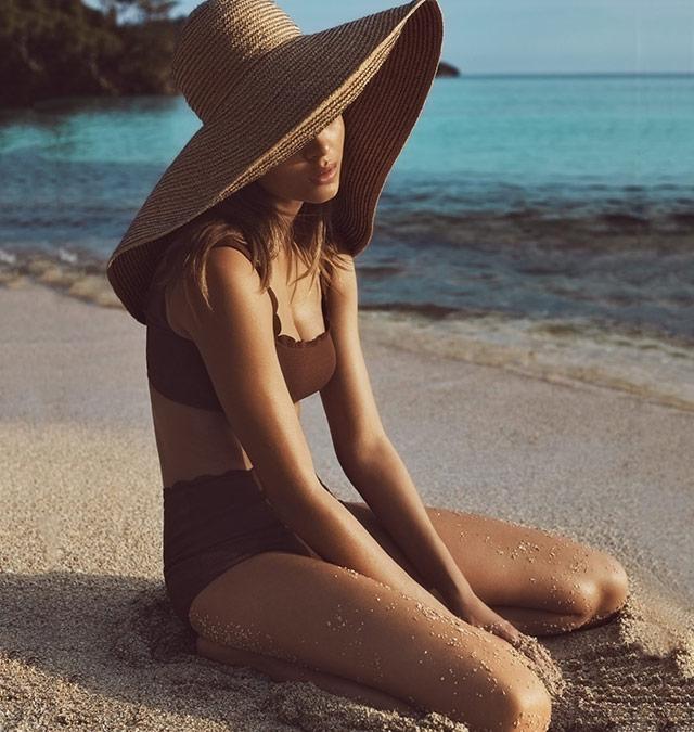 在夕阳中的沙滩上