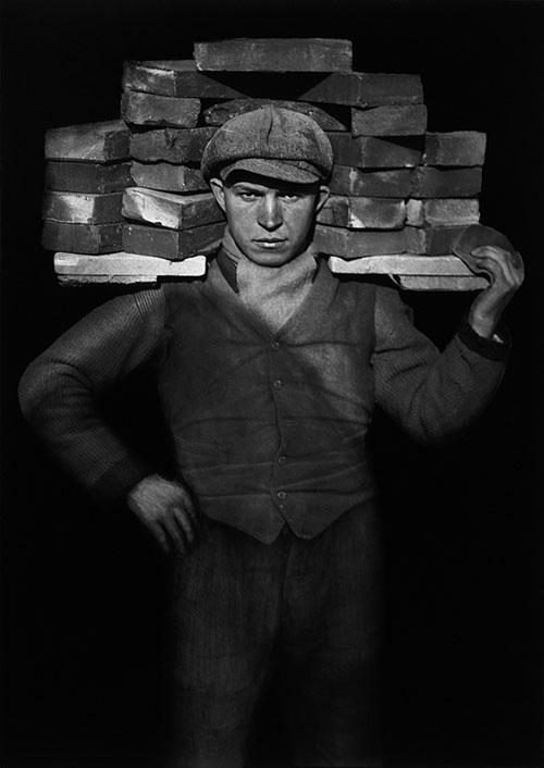 肩扛砖头的男子 桑德作品
