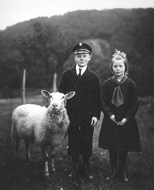 桑德的肖像作品:少年和羊