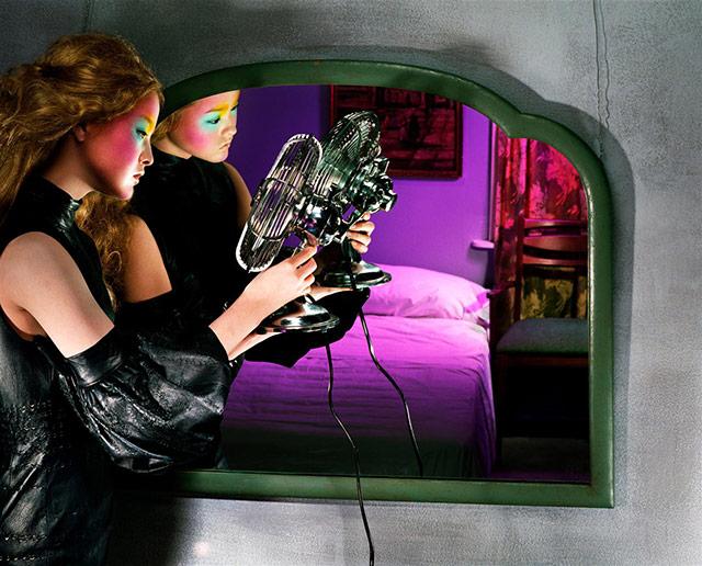 所有照片都从一面造型古朴的镜子中呈现出来。而女子的妆效又充满了戏谑的美感