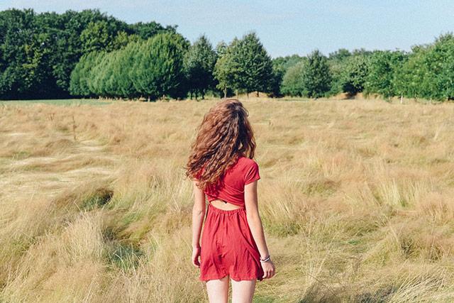黄色田野中的红裙女子