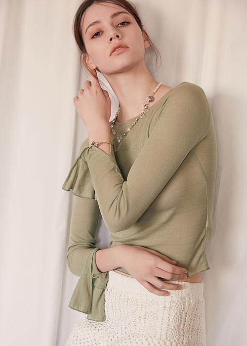 淡绿色的轻衫,舒展的姿态