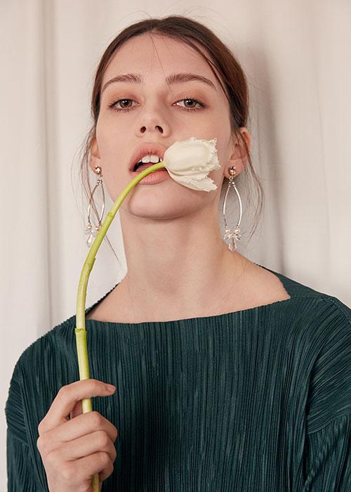 唇边的花朵引人遐思