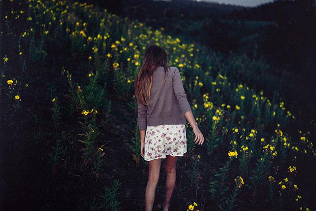 黄花背景的女子