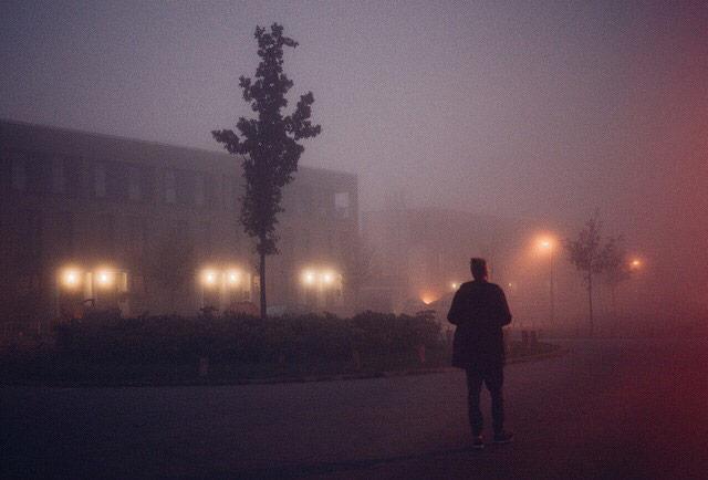 雾霭中的灯光