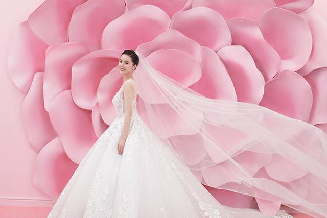 采用花类素材置景,也就是在浪漫婚纱的基调之上,融入鸟语花香的自然之感。