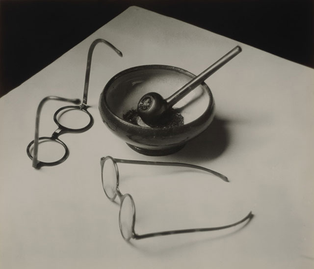蒙德里安的眼镜和烟斗(1926年,巴黎)