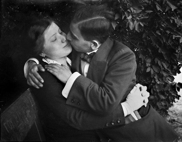 1915年,布达佩斯公园座椅上的恋人